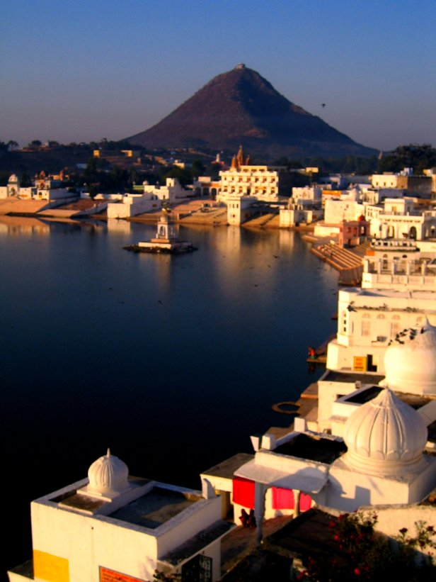 Ghats_at_Pushkar_lake,_Rajasthan