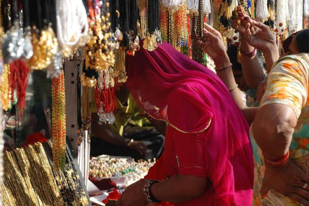 Women_shopping_at_Pushkar_Camel_Fair